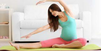 Hamilelik, bir kadın için en büyük değişim dönemidir. Fiziksel değişiklikler kadar zihinsel sonuçlar da hamilelik sırasında anne adayının yaşamını etkiler. Çocuk büyüdükçe ve geliştikçe kazanılan kilo bel ve kalça eklemlerinde gevşemeye ve karın kaslarının yumuşamasına neden olur. Bu yumuşama ile büyüyen bebeğin baskısı beldeki çukurları genişleterek ağırlık merkezini ileri doğru hareket ettirir. Belde sarkma, kötü duruş, bel kıkırdağının yumuşaması ve ayrılma gibi nedenler ağrıya zemin hazırlar. Bel ağrısı, pelvik ağrısı olan anne adaylarının yüzde 70'inde görülür. Hamilelik sırasında kas-iskelet sistemi değişiklikleri Bacak krampları hamilelikte çok yaygındır. Yetersiz sıvı alımına bağlı olarak kas ve eklem ağrısı da oluşabilir. Kol ve bacaklardaki sinirlerin sıkışması, uyuşma, kaslarda gerginliğe bağlı ağrı ve kolun tendon bağları birçok anne adayının ortak sorunları olmuştur. Gebeliğin son aylarında femur başı bölgesinde osteoporoz nadirdir. Ek olarak, femur başı kemiğine yetersiz kan gitmesi nedeniyle yumuşama meydana gelebilir. Emeği kolaylaştırmak için egzersizler Aerobik egzersiz kan basıncını düşürür, kan dolaşımını düzenler ve varis ve pıhtı oluşumunu engeller. Egzersiz bacak kramplarını ve şişmeyi azaltır ve hatta kabızlığı önler. Aerobik egzersizi ise anne adayının özgüvenini arttırır ve psikolojisini düzenleyerek doğum yapmayı kolaylaştırır. Tüm bunlara ek olarak hamilelik döneminde spor mutlaka bir doktor gözetiminde yapılmalıdır. Koşmanız gerekiyorsa, koşu bandını ve hava sıcaklığını göz önünde bulundurun. Bisiklete binecekseniz düşme riski açısından sabit bir bisiklet tercih edilmelidir. Suda yüzerken ve egzersiz yaparken su sıcaklığının 30-35 derece arasında tutulmasını sağlamalısınız. Vajinal kanama söz konusu olduğunda, eklemlerde uzamış kas ağrısı, nefes darlığı, halsizlik, hızlı veya düzensiz kalp atış hızı ve ritmi, yürüme güçlüğü, baş ağrısı, göğüs ağrısı, kas güçsüzlüğü, erken doğum riski, bebek hareketinde azalma, egzersiz yapmak. Hamilelik 